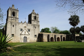 Historic City Afternoon Tour: Boat Locks to Mission Concepcion