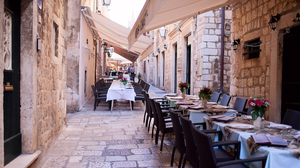 Charger l'élément 5 sur 8. Tables set in an alley in Dubrovnik