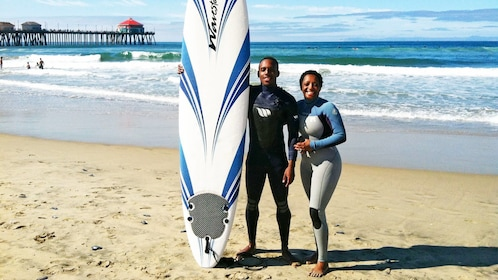 Couple enjoying the sun on the group surf lesson in Los Angeles, CA