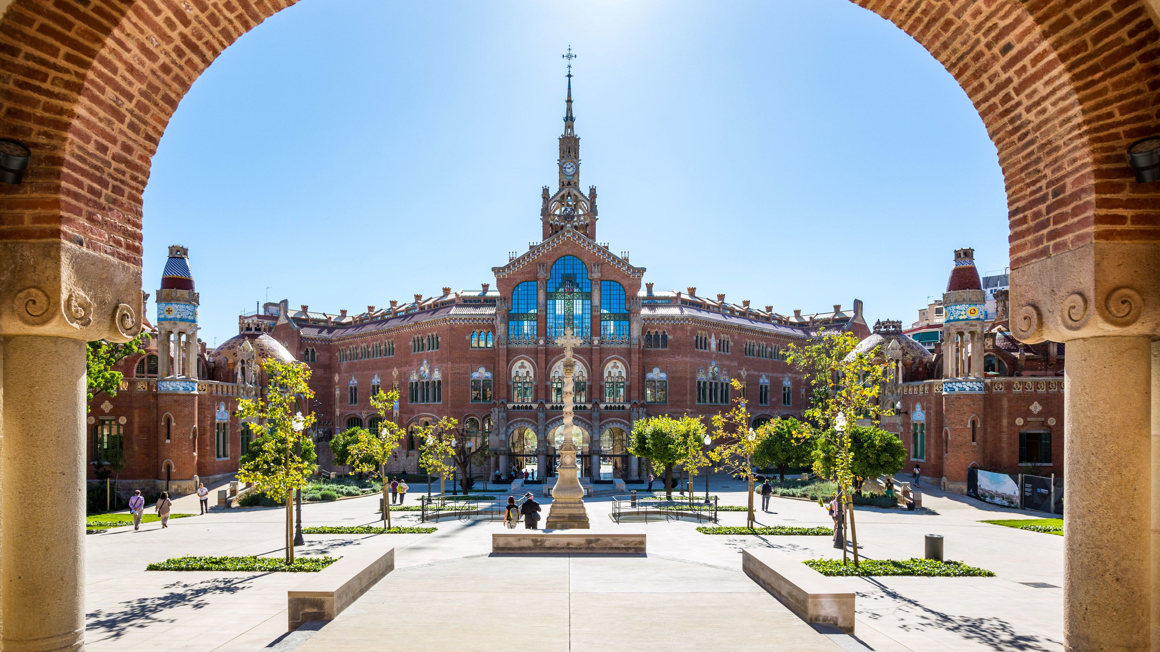 View of a courtyard and cathedral in Sant Pau