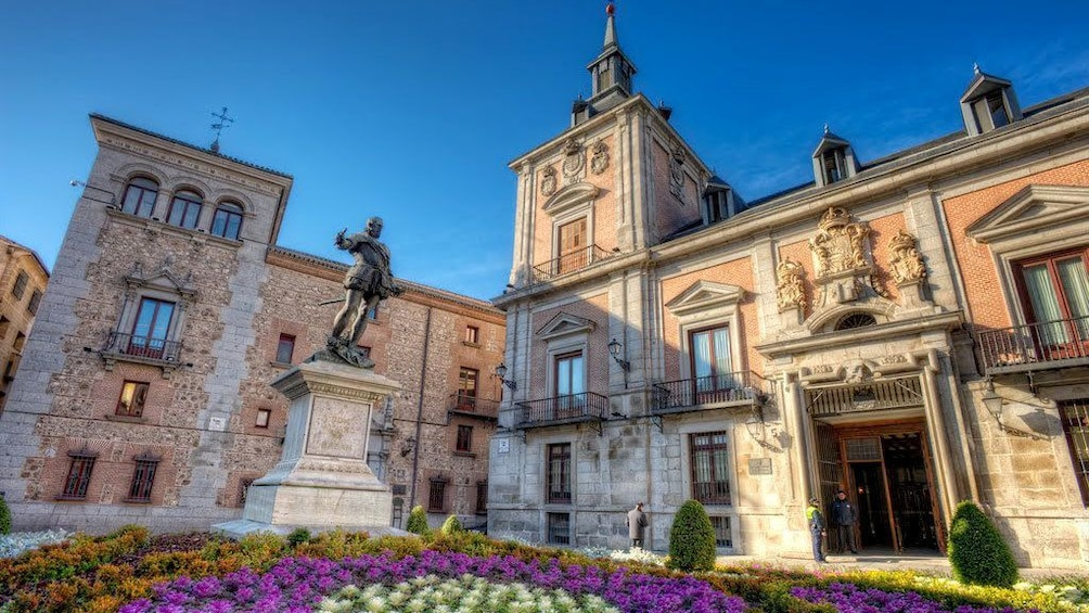 Apri foto 4 di 6. Buildings with a statue and garden in Plaza de la Villa in Madrid