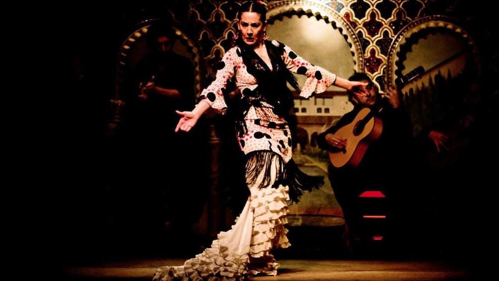 Foto 4 von 5 laden Female flamenco dancer performing on stage.