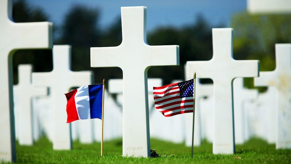 Charger l'élément 5 sur 5. Crosses marking graves with flags in Normandy