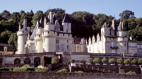 Large Castle with wall in Paris