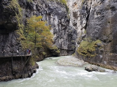 Interlaken private guided tour: Lakes, gorges, waterfalls
