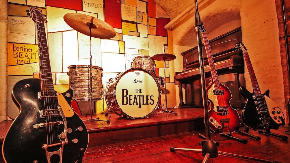 Apri foto 1 di 10. Display of Beatles instruments in London