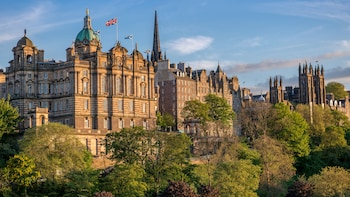 Edinburgh Full-Day Tour with Edinburgh Castle & Hop-on-Hop-Off Bus Tickets