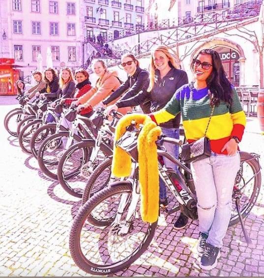 Foto 1 van 5. Bicycling tour group in Lisbon