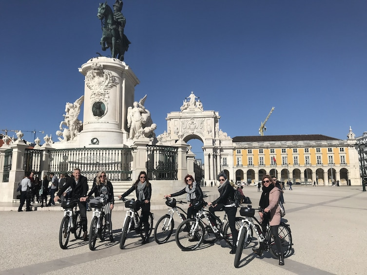 Foto 4 van 5. Tour group on bikes in Commerce Square in Lisbon