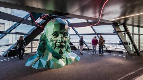 a polygonal sculpture of Benjamin Franklyn in Philadelphia