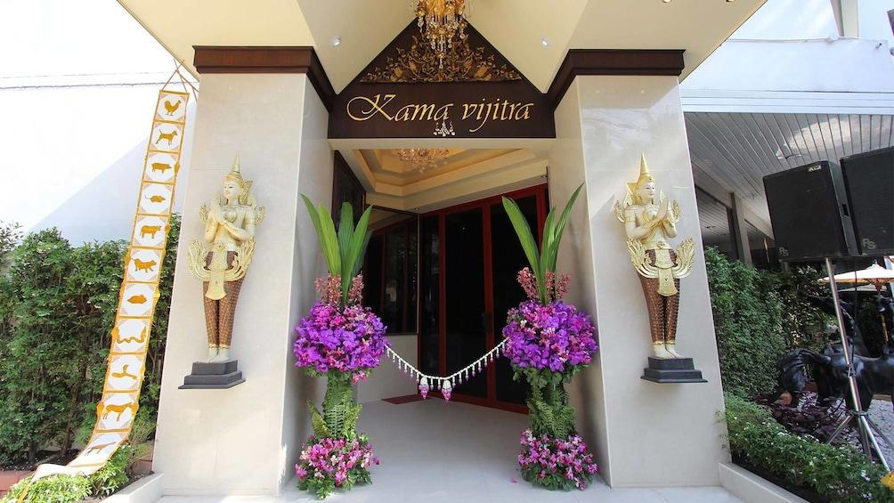 Foto 4 van 7. View in front of the Kamavijitra Museum in Bangkok, Thailand