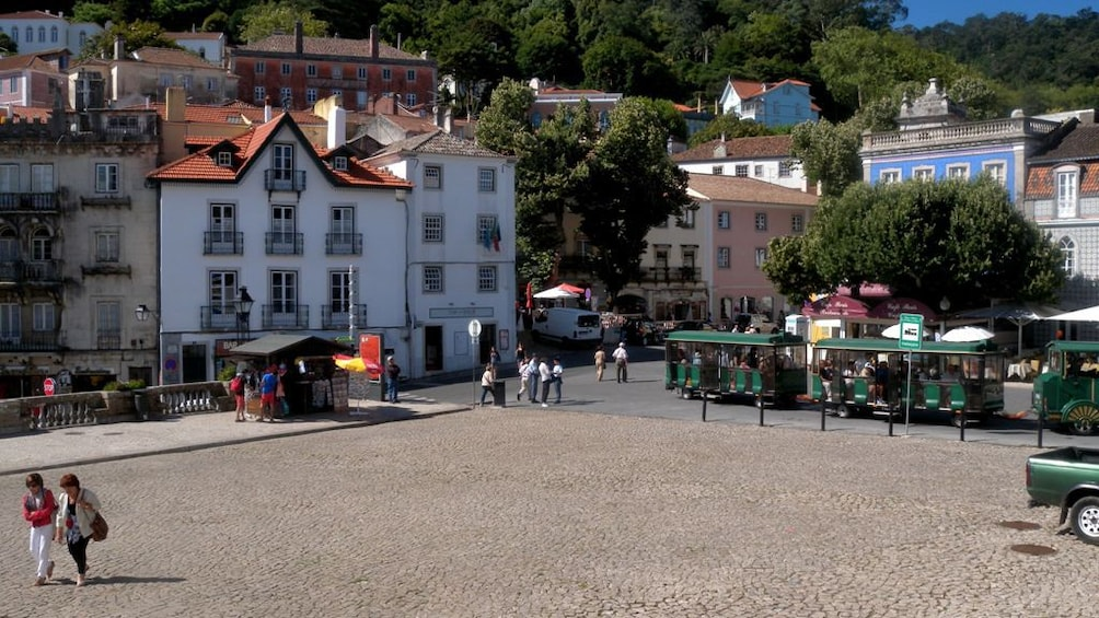 Foto 2 van 8. Portuguese city square