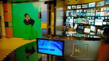Cargar ítem 3 de 7. Demonstration on filming techniques at the CNN studio in Atlanta