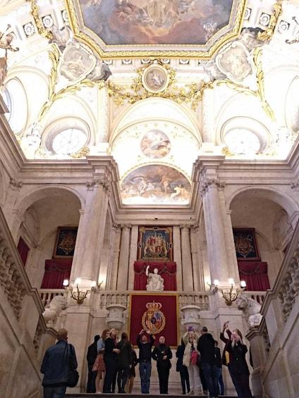 Foto 3 von 10 laden Skip-the-Line Royal Palace Tour