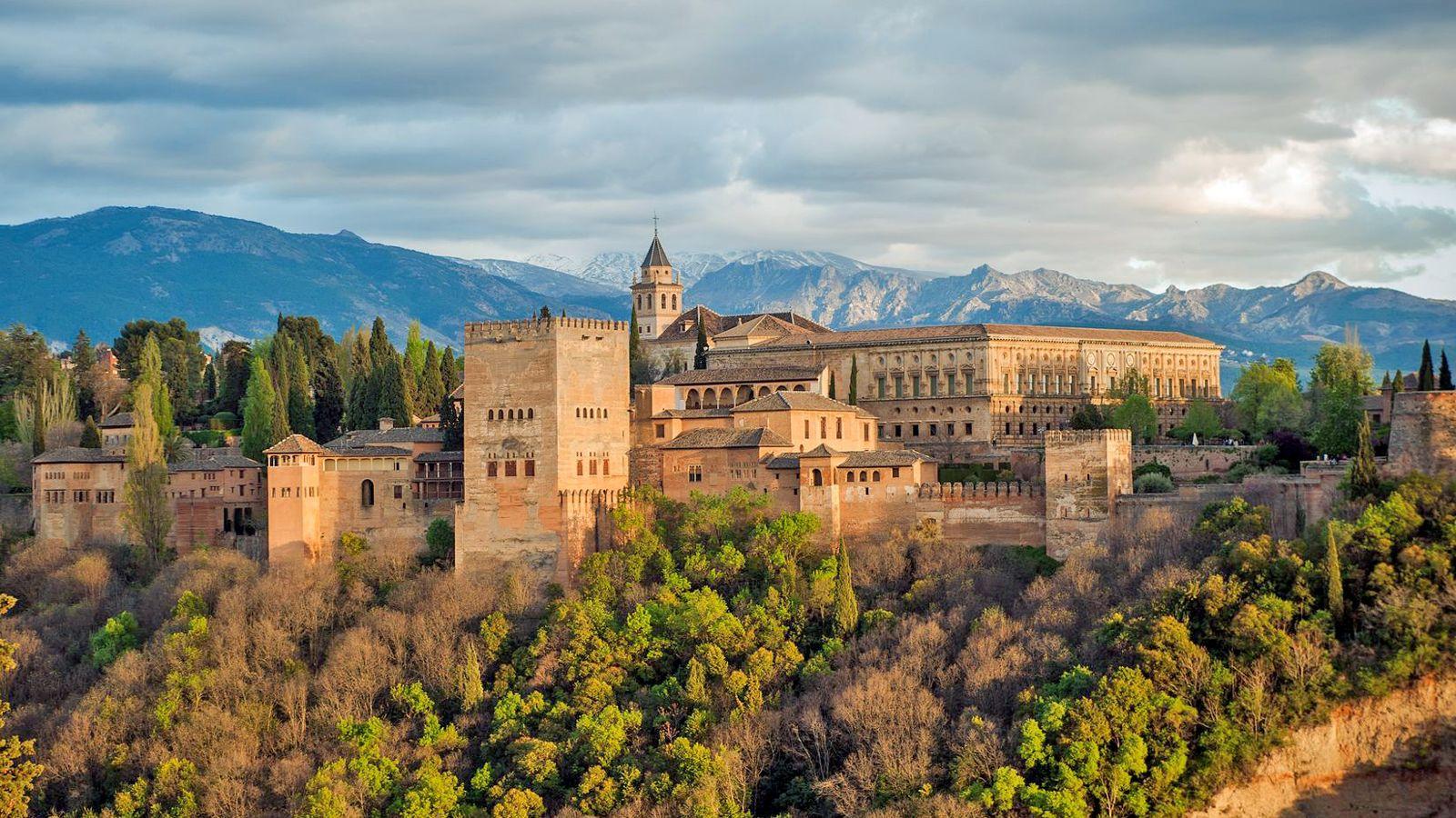 Kiertomatka tutustuen Alhambraan ja Generalifeen kulissien takana