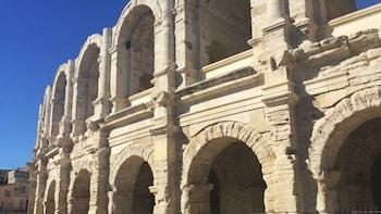 Les Baux, Arles & Pont du Gard Day Tour from Aix en Provence
