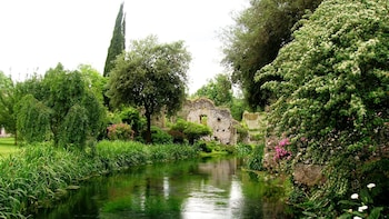 Garden of Ninfa & Sermoneta Day Trip from Rome