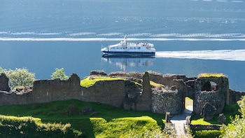 Cruise Loch Ness, view Urquhart Castle