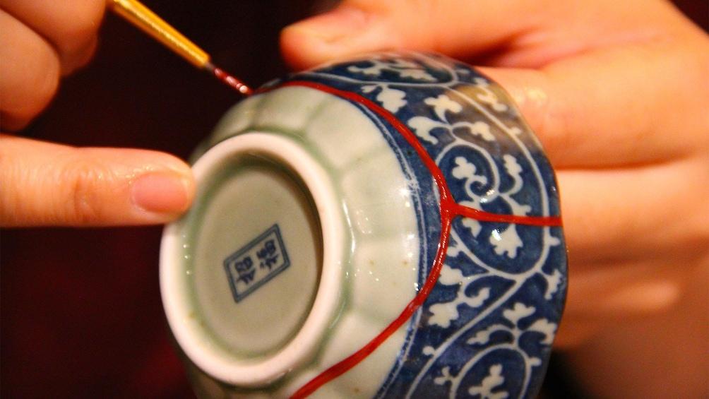 Foto 1 van 10. Kintsugi Pottery Repairing Experience in Tokyo