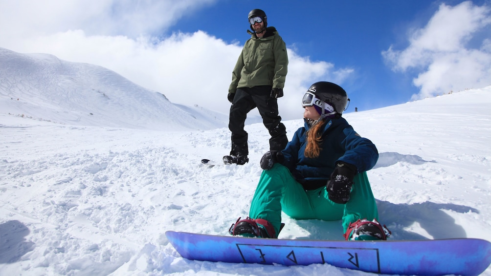 Cargar ítem 2 de 5. Snowboarding couple on a mountain