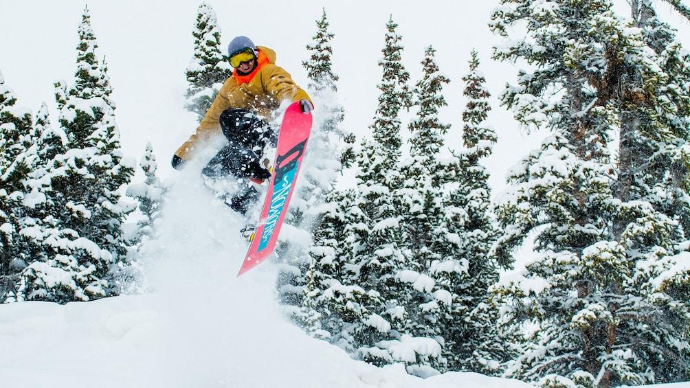 Cargar ítem 4 de 5. Snowboarding in the air after a jump on a mountain