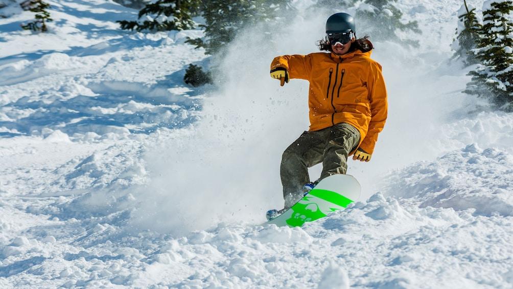 Foto 1 von 5 laden Snowboarding man on a mountain