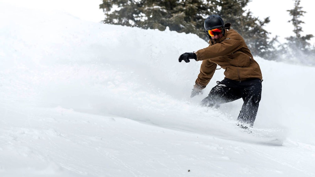 Cargar ítem 3 de 5. Snowboarder kicking up powder in Colorado