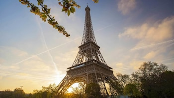 Acceso sin colas a la Torre Eiffel y visita a los aspectos destacados de Pa...