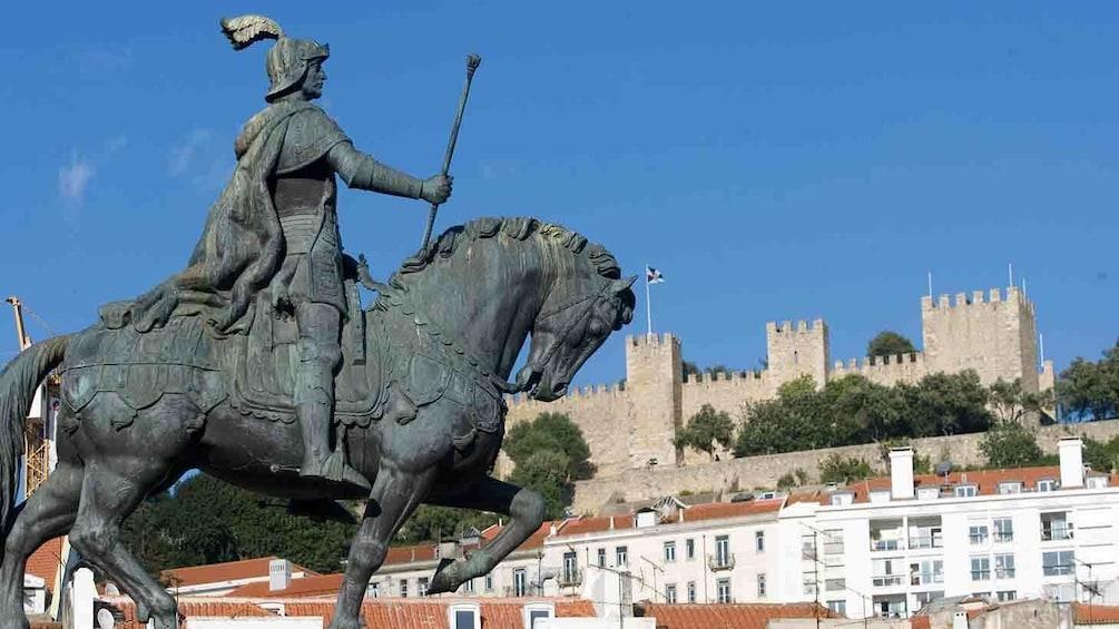 Charger l'élément 1 sur 4. Statue with castle in the background in Lisbon