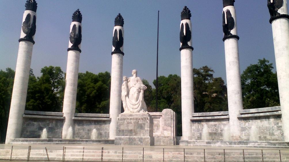 Carregar foto 2 de 9. Pillars and sculpture at Chapultepec Castle in Mexico City