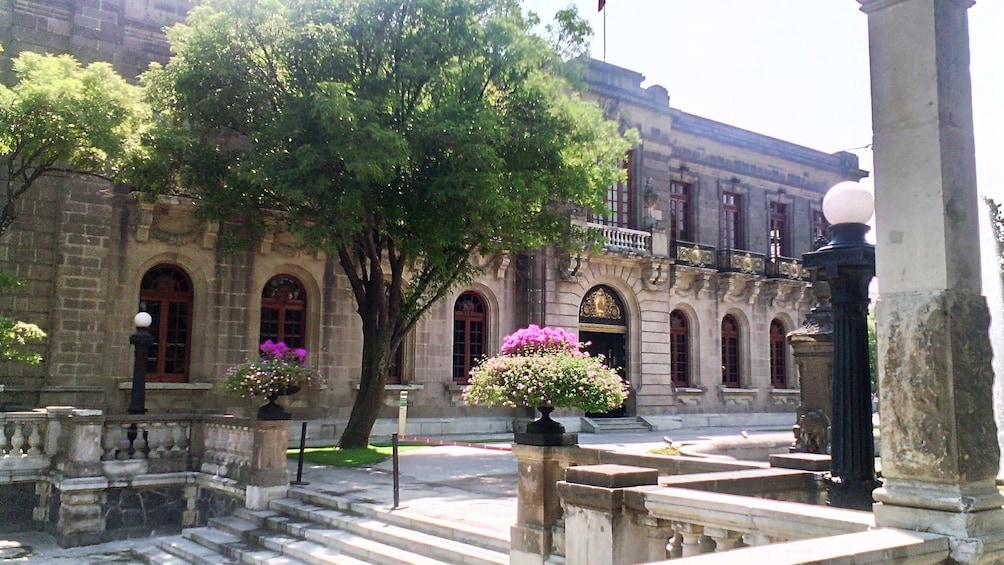 Carregar foto 3 de 9. Chapultepec Castle exterior in Mexico City