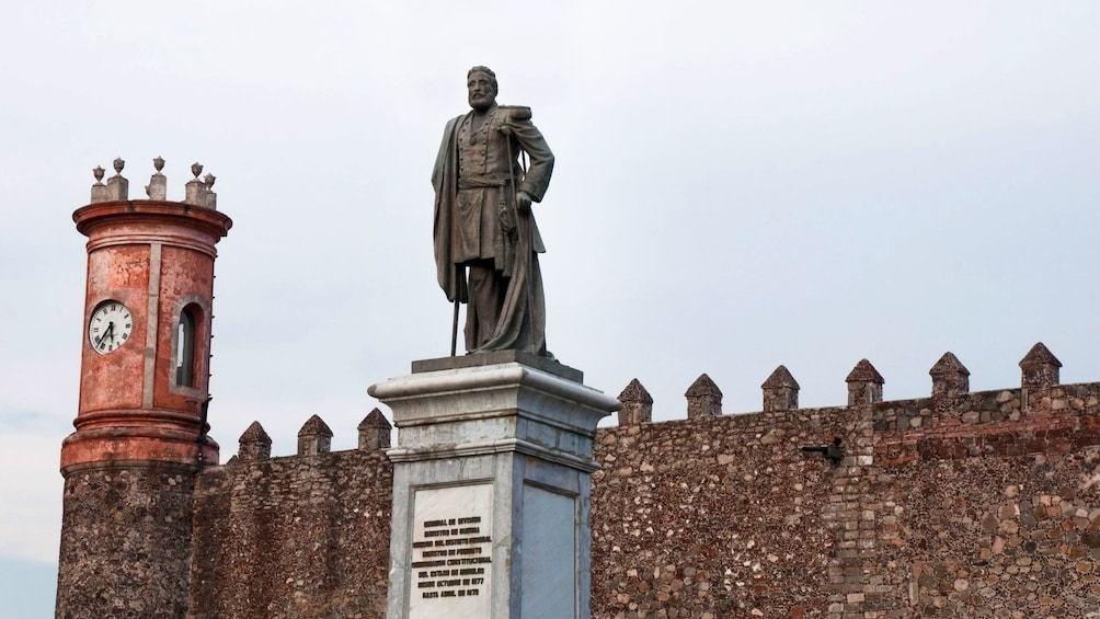 Cargar foto 3 de 8. Side view of Palace of Cortés, Cuernavaca in Mexico