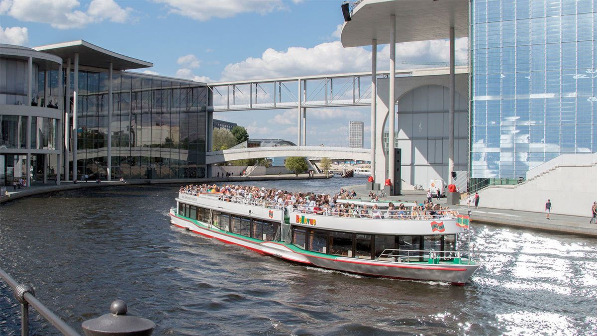 Berlin Cruise with Pizza and Drink cruising next to a building