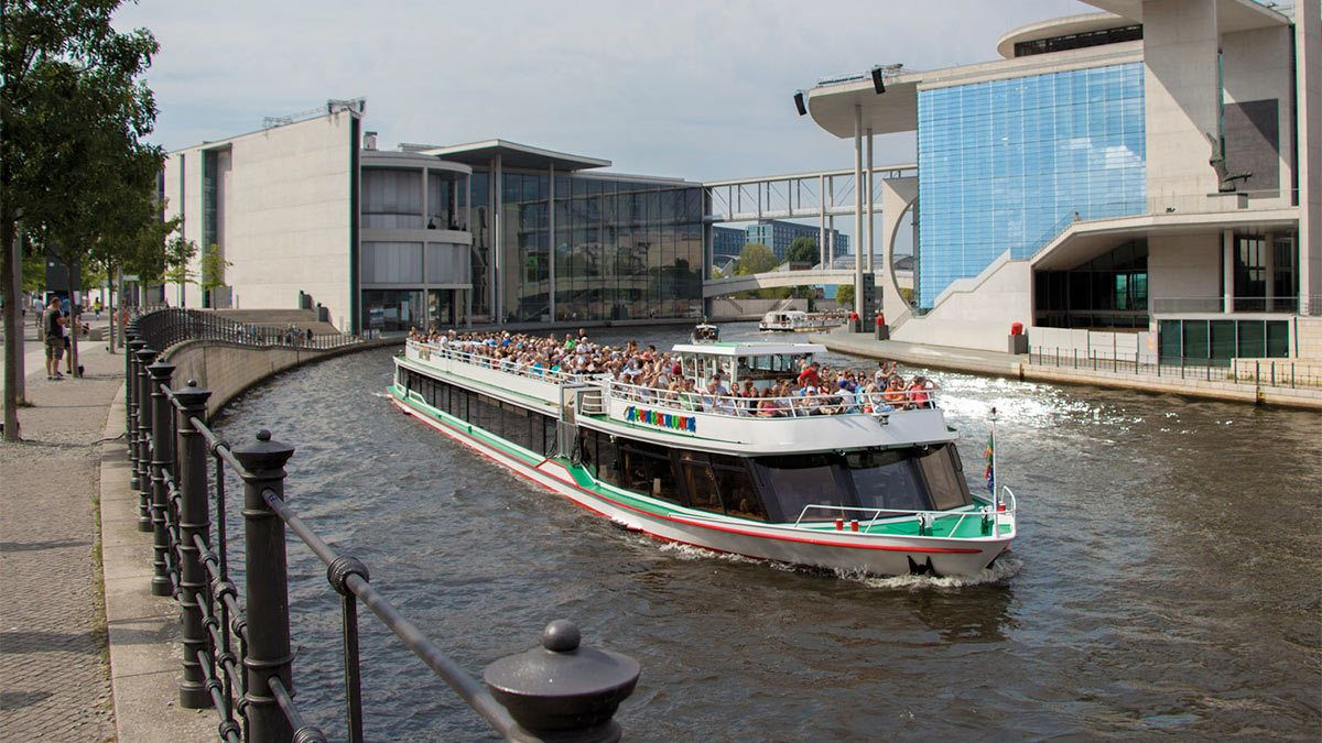 Side view of the Berlin Cruise with Pizza and Drink