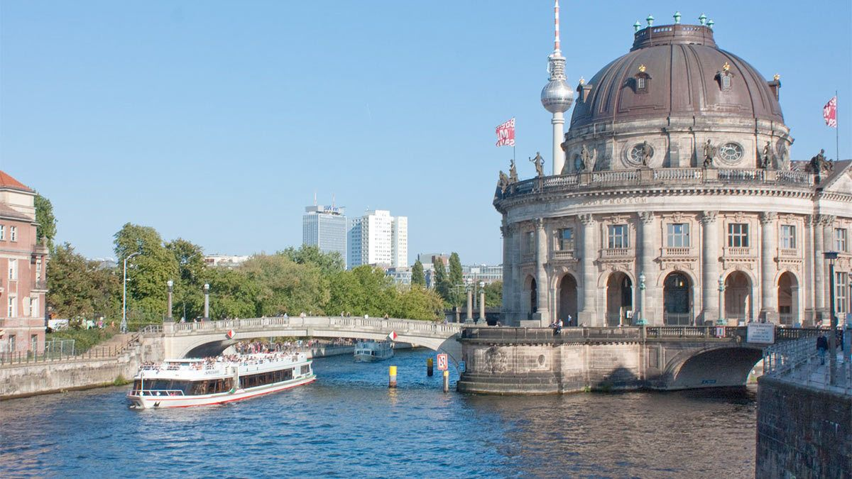 Berlin Cruise with Pizza and Drink next to the Bode Museum