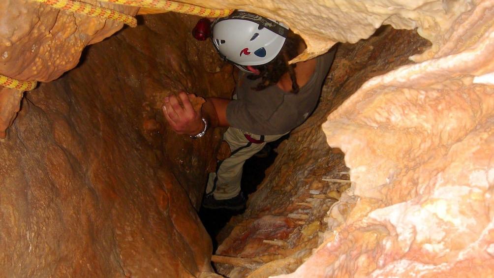 Foto 4 von 5 laden Person explores a cave in Majorca