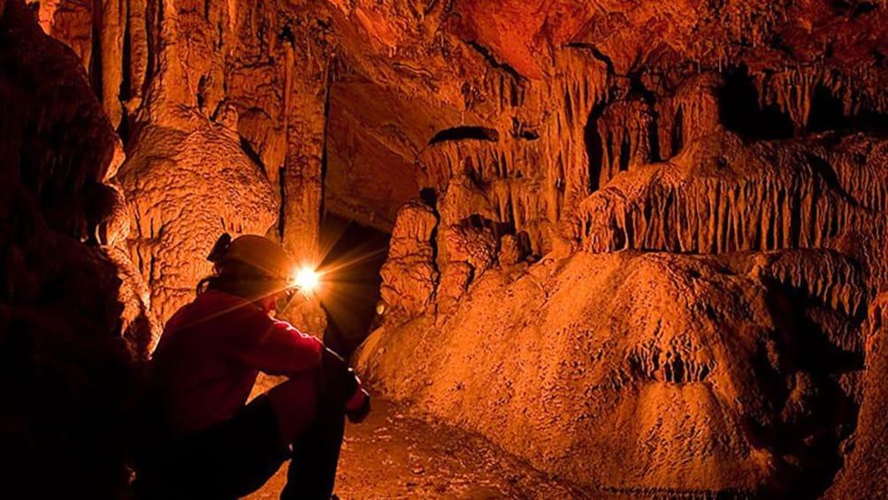 Foto 2 von 5 laden Person explores a cave in Majorca