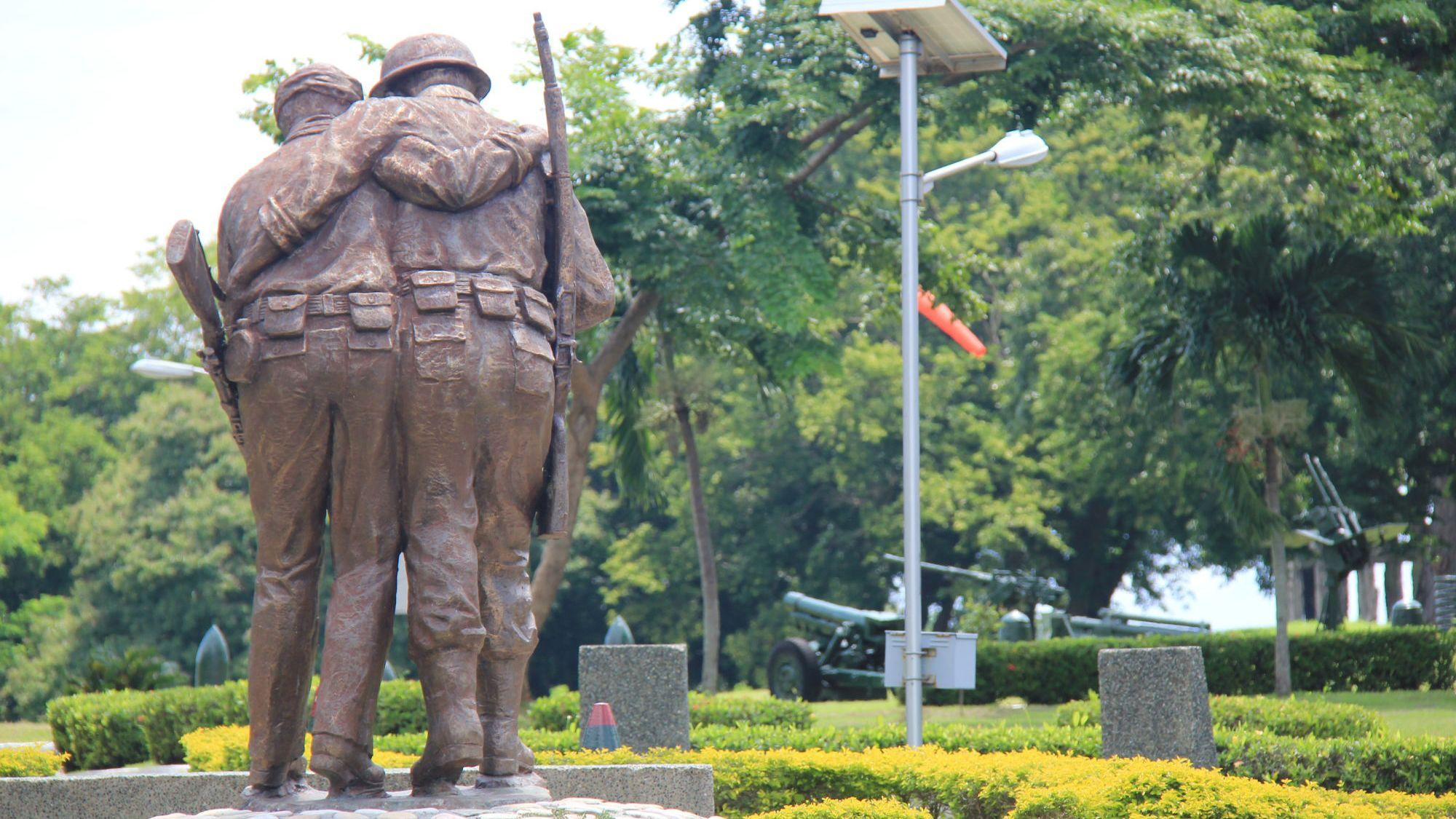 statue of companions in manila