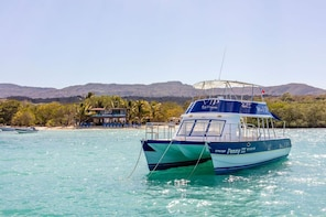Paradise Island VIP Cruise with Lunch