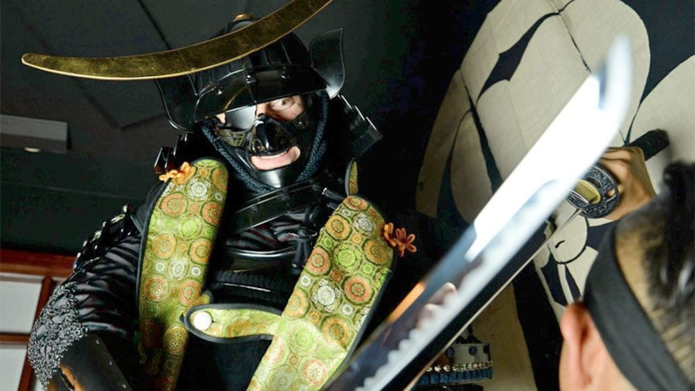 Apri foto 3 di 10. Man on the Samurai Armor Wearing tour in Tokyo, Japan