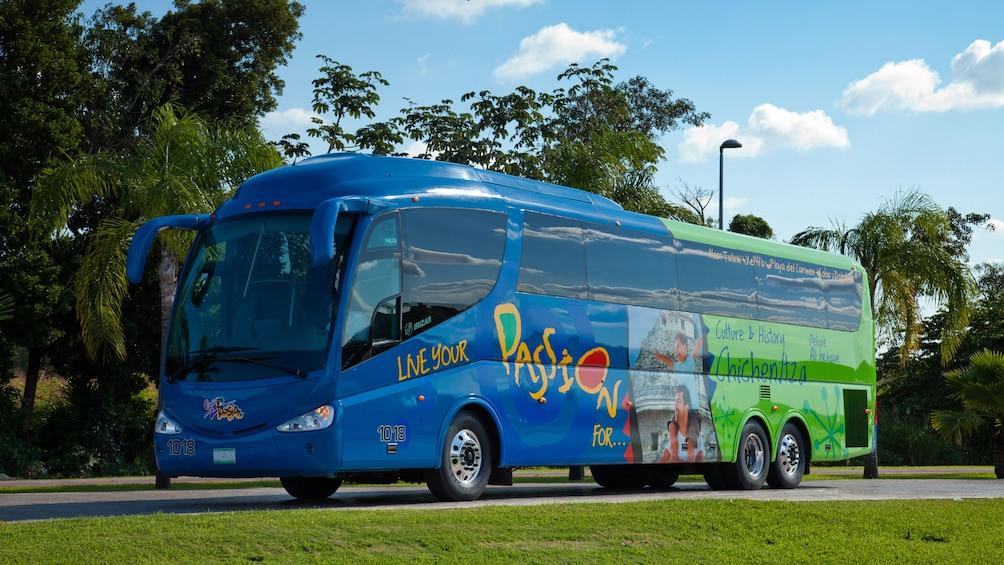 Charger l'élément 1 sur 9. A tour bus in Mexico