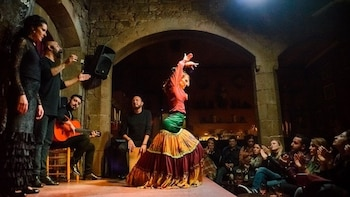 Barcelona:Flamenco show & guided tour with Tapas in old town