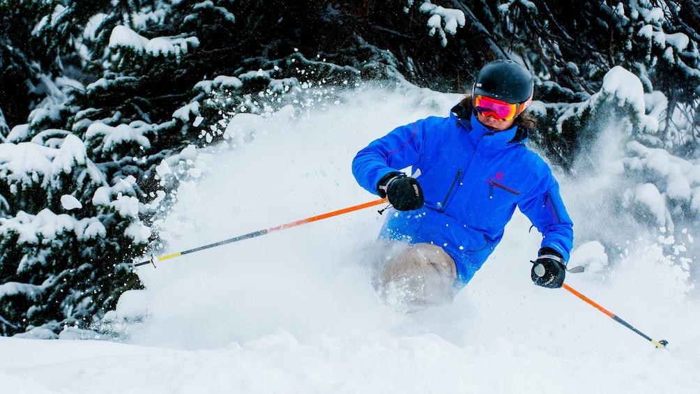 Cargar ítem 3 de 4. Visitor skiing on the Beaver Creek Ski adventure