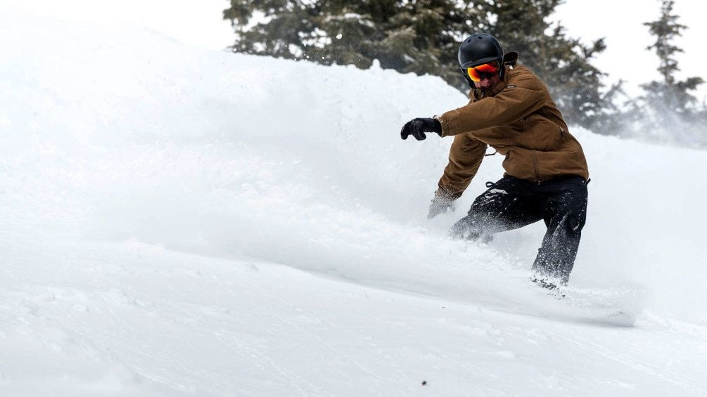 Cargar ítem 3 de 5. Snowboarder downhill