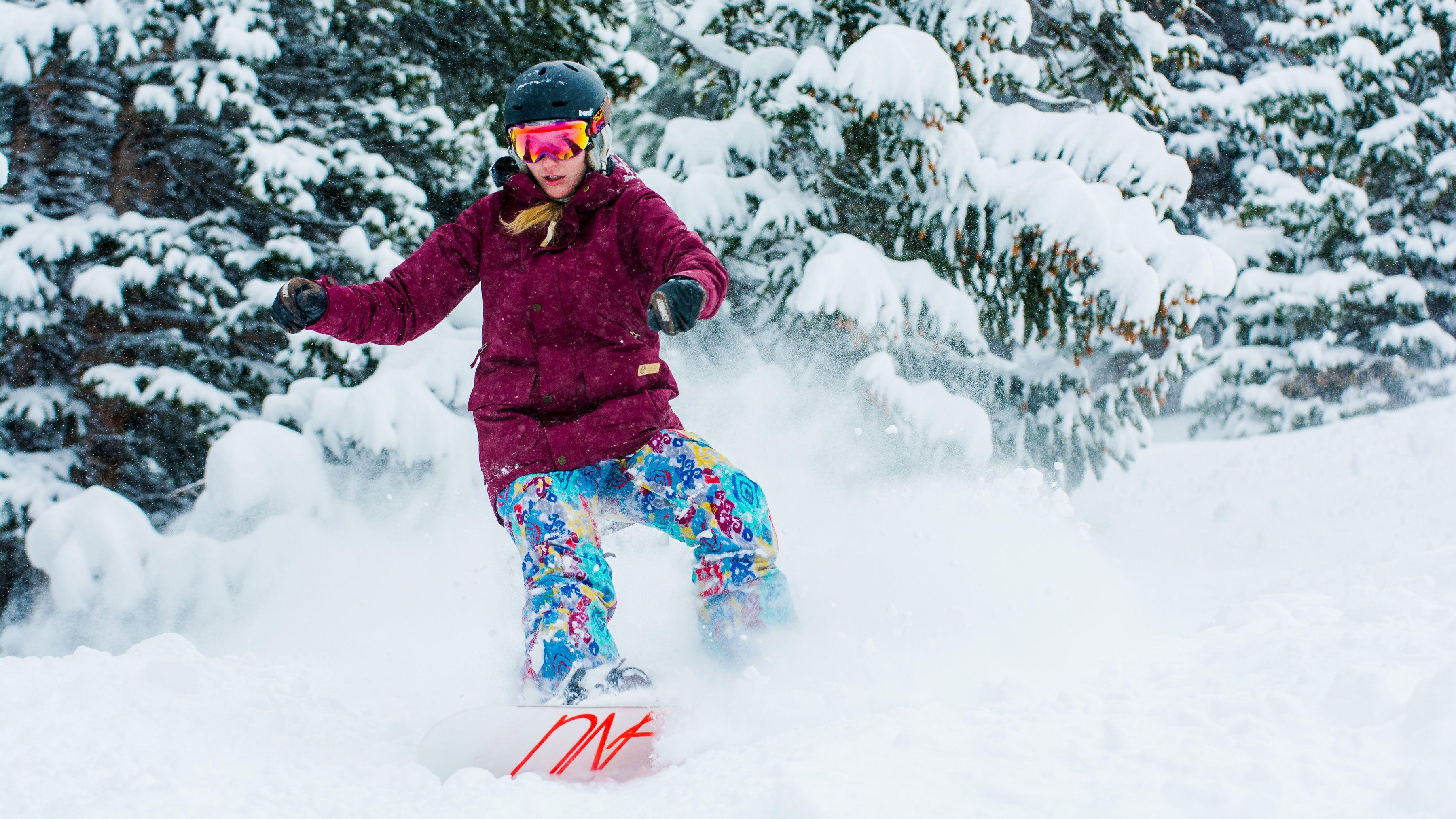 Snowboarder shredding powder
