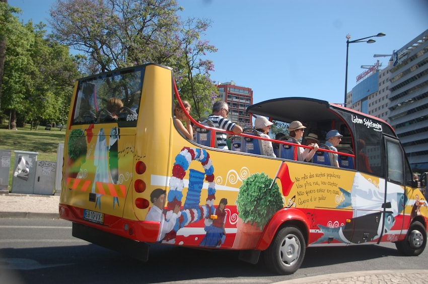 24-Hour Hop-On Hop-Off Bus Pass: Castelo & Alfama Districts