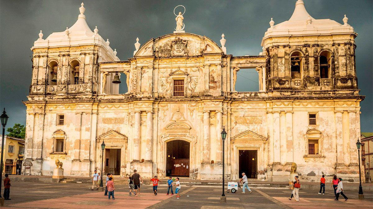 Private León City Walking Tour with Cathedral Visit