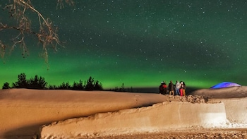 Chasse aux aurores boréales, visite d'un hôtel de glace et dîner traditionn...