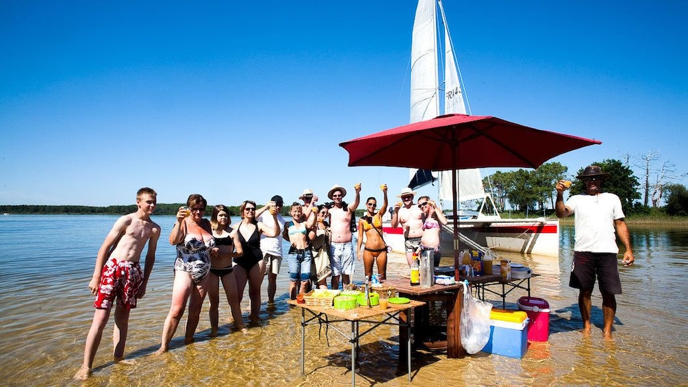 Charger l'élément 5 sur 5. Party people on Lacanau Lake