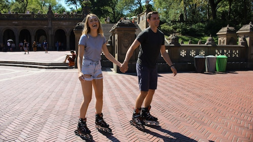 Couple rollerblading in New York